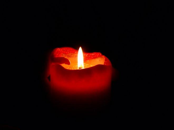 rote brennende Kerze (piqs.de ID: 18f64c395fad81e3d4bbecc4a70f2071)