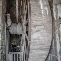 Fette Säulen, hohe Mauern und ein Aufzug...